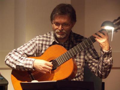 K. Michaels, Gitarrenlehrer aus Berlin, spielt beim Nordischen Abend, Februar 2008