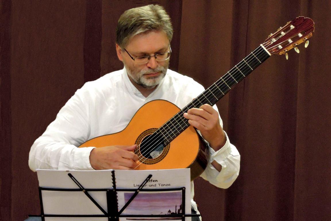 Gitarrenlehrer Kai Michaels spielt aus der Elfensuite